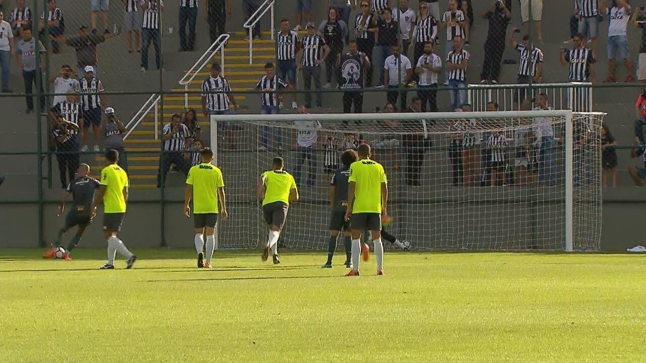 Gol do Galo! Denilson sofre pênalti, Fábio Santos bate e abre o placar diante do Coimbra