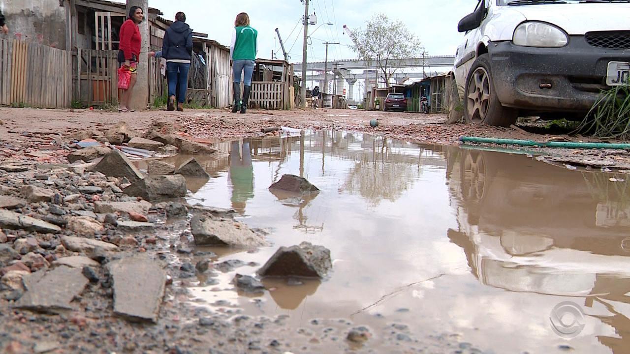 Com promessa de moradia provisória, famílias vivem em local sem saneamento básico no RS