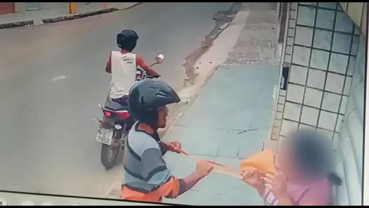 Vídeo mostra dupla assaltando mulher na Zona da Mata Sul de Pernambuco