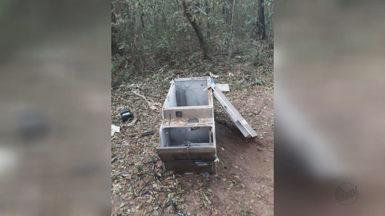 Caixa eletrônico roubado de posto de combustíveis é encontrado em matagal em Rio Claro