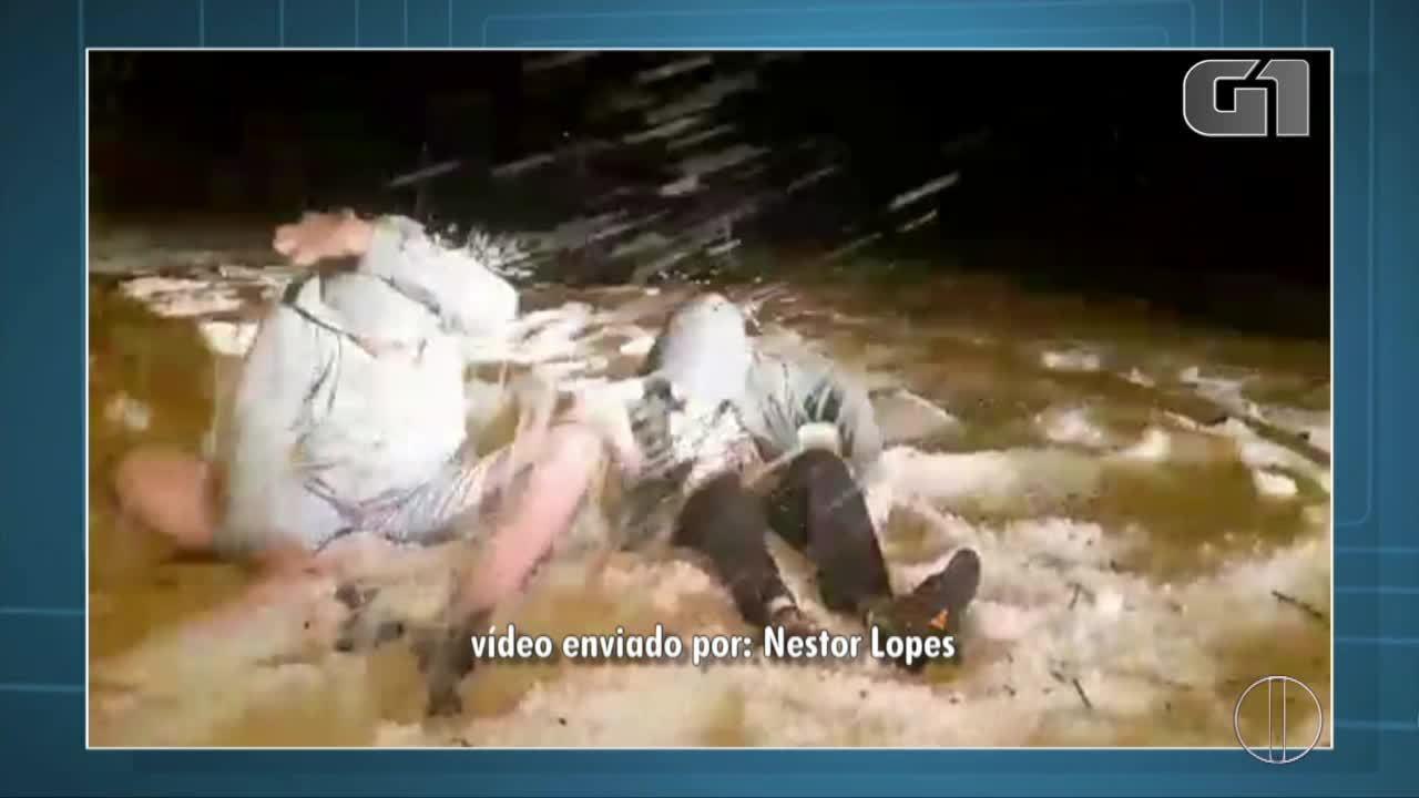 Crianças brincam com gelo após chuva de granizo em Santa Maria Madalena, no RJ