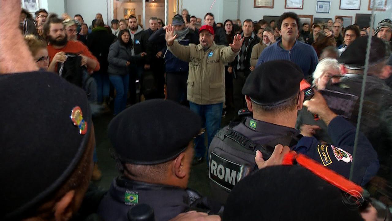 Tumulto na Câmara de Vereadores de Porto Alegre suspende votação de projetos