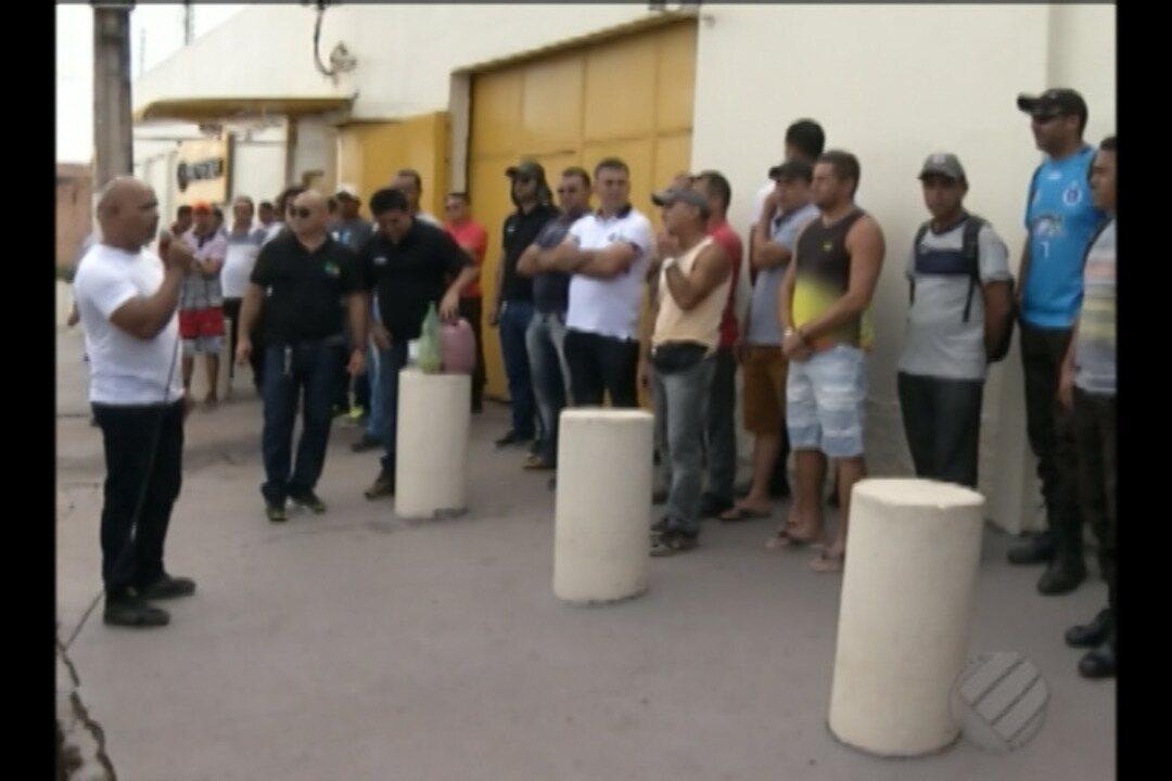 Funcionários de empresa de valores protestam contra demissões