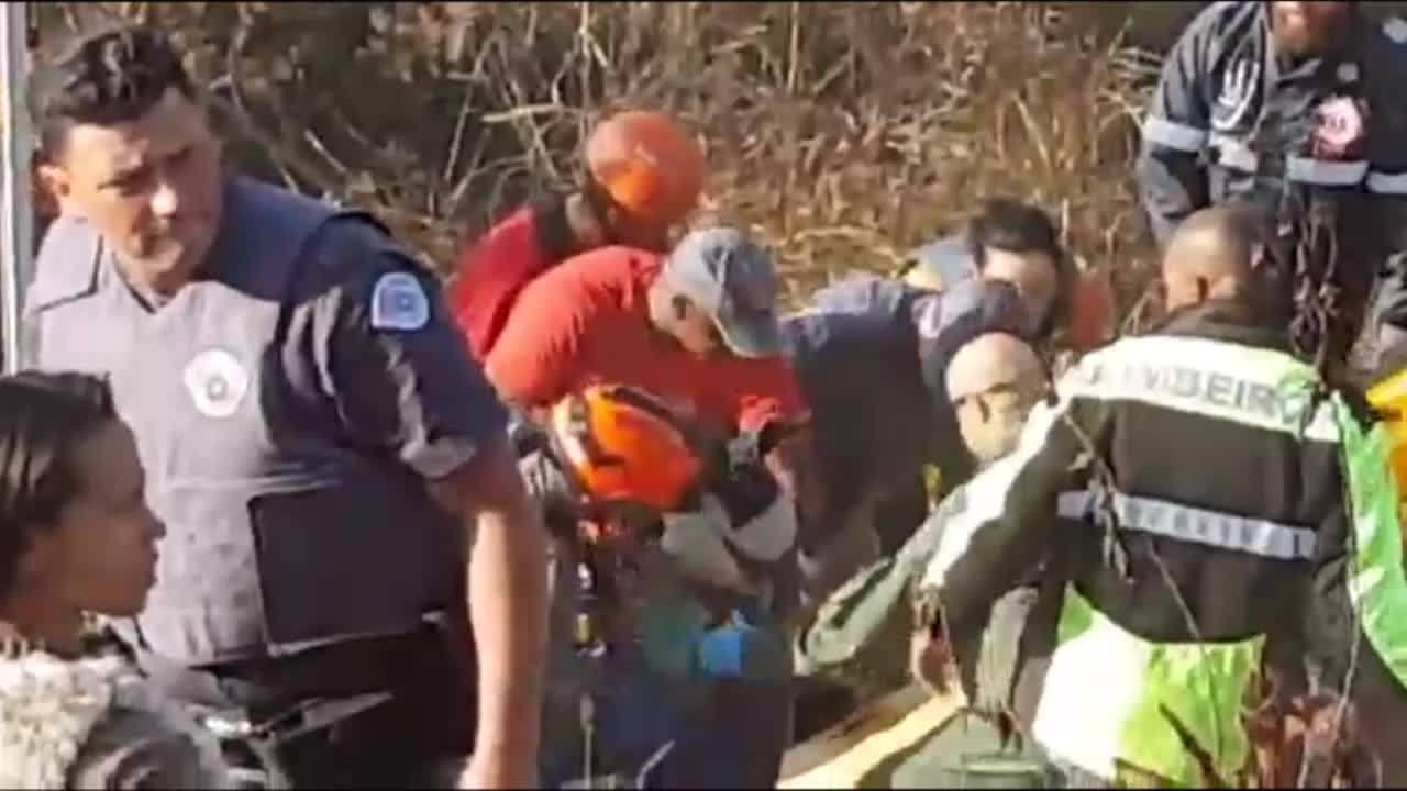 Agentes do Corpo de Bombeiros e Samu retiram menino que caiu em poço de 15 metros em Mogi