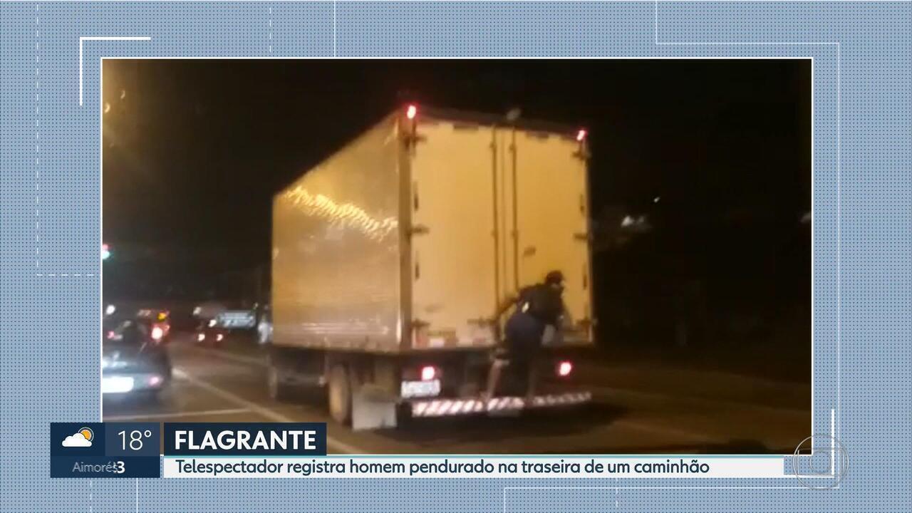 Flagrante mostra homem na traseira de caminhão no Anel Rodoviário, em BH