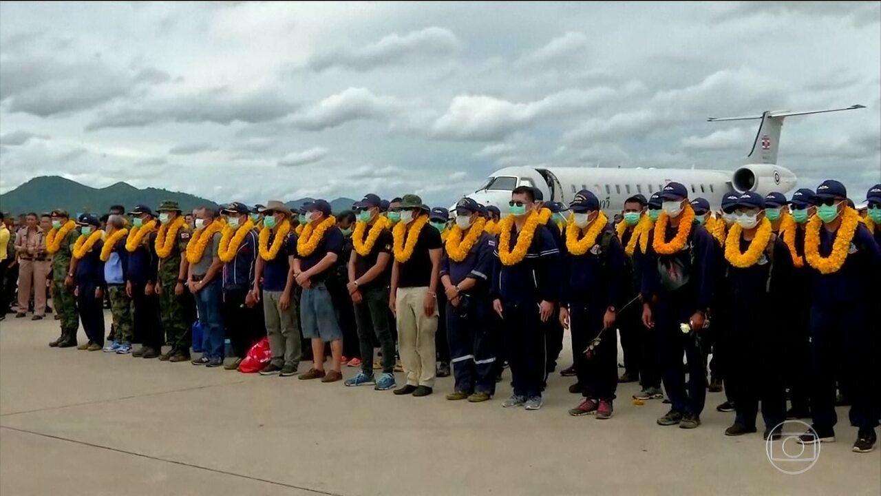 Mergulhadores que resgataram meninos da caverna na Tailândia recebem homenagens