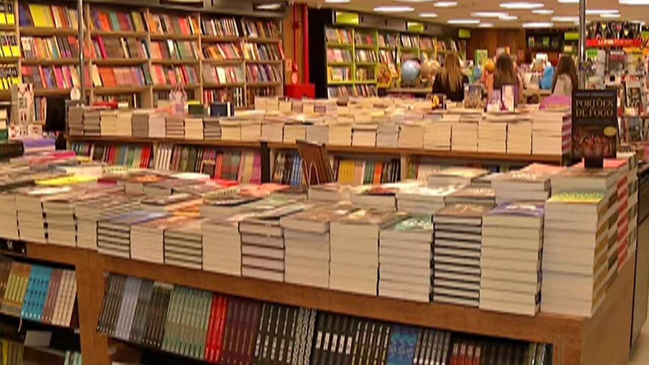 Feira popular de livros está no Largo do Rosário, em Mogi