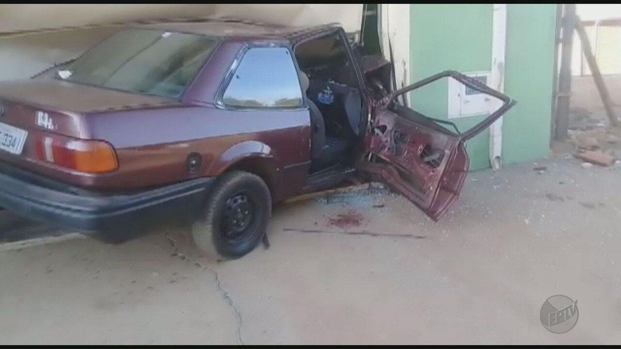Quatro ficam feridos após menor invadir casa com carro em Franca, SP