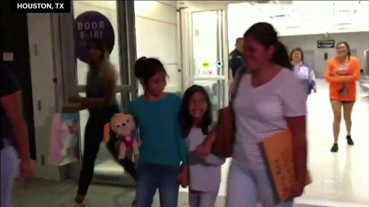 Menina reencontra parentes, depois de ser separada, na fronteira dos Estados Unidos