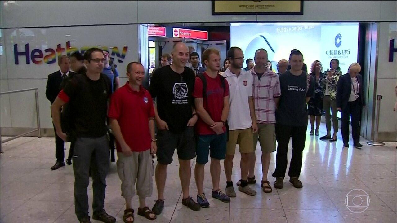 Mergulhadores britânicos voltam pra casa depois de resgate na Tailândia