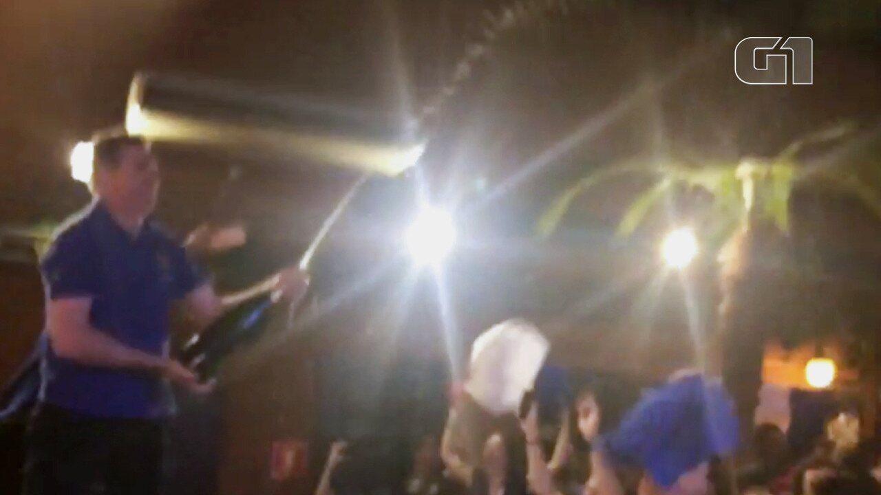 Torcedores comemoram vitória da França com banho de champanhe em SP