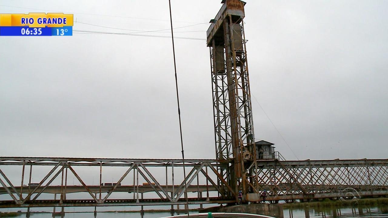 Pescadores reclamam da falta de manutenção da ponte férrea sobre o canal São Gonçalo