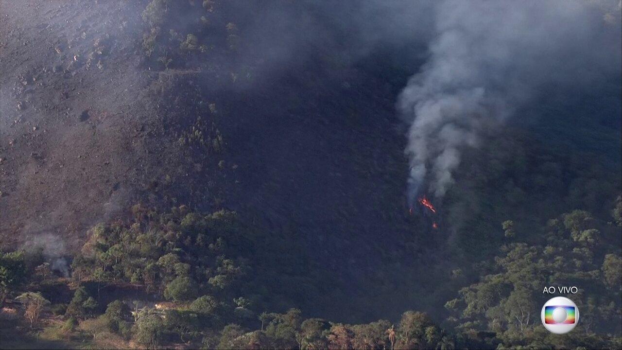 Fogo atinge Pico do Jaraguá, em São Paulo