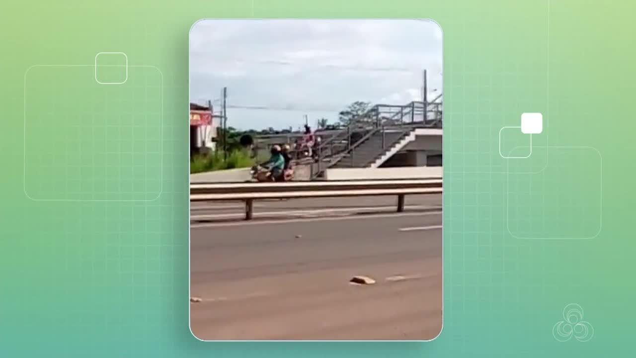 Motociclista é flagrado trafegando em passarela para pedestres na Zona Norte de Macapá