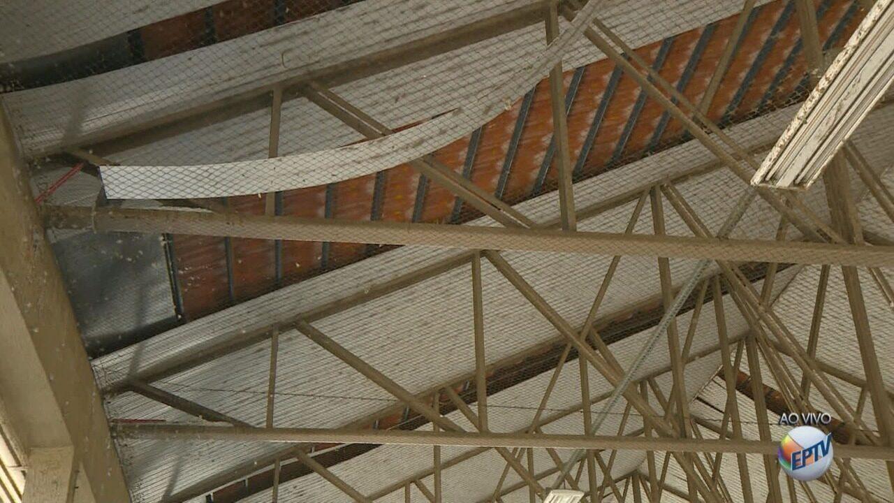 Parte do forro do teto do Terminal Urbano de Mogi Guaçu se solta e preocupa passageiros