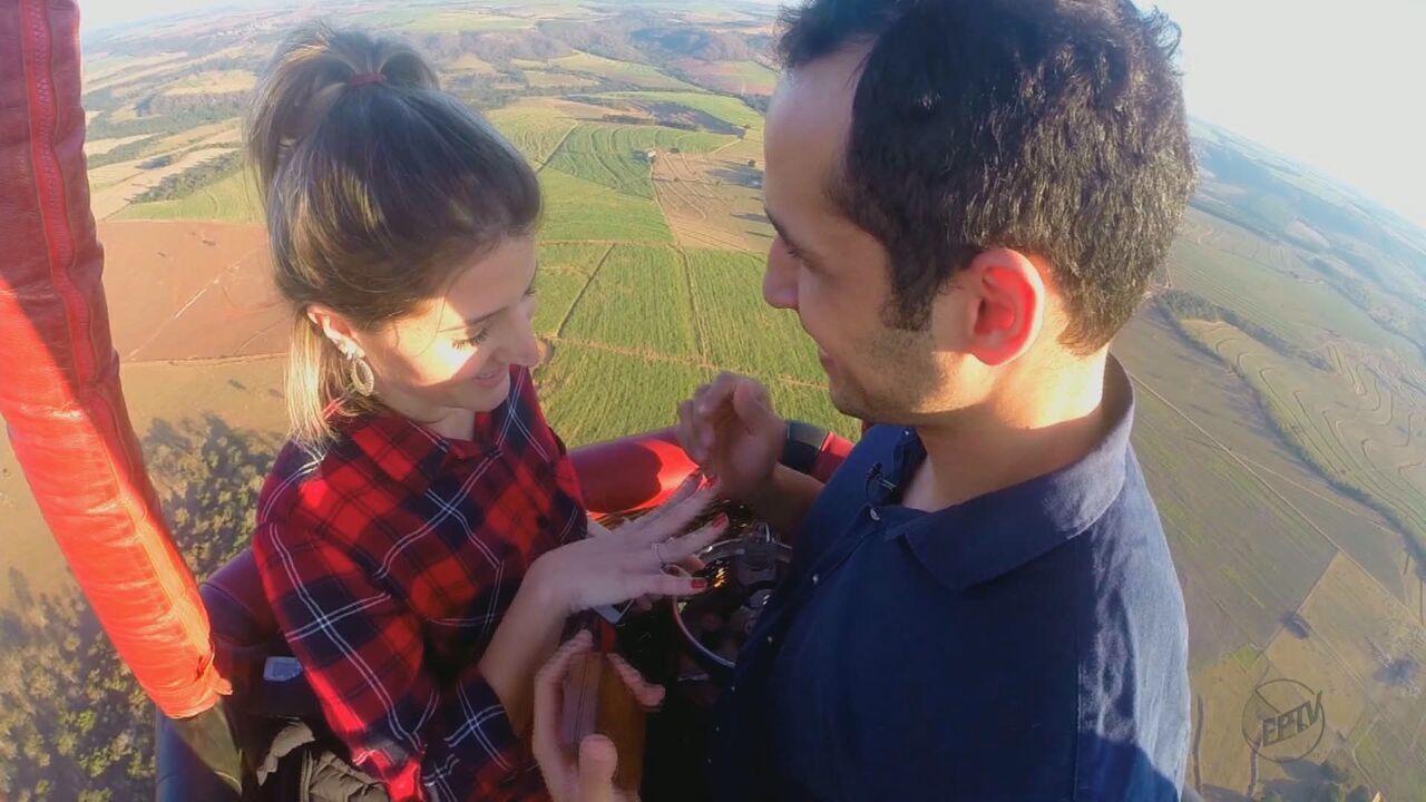 Estudante recebe pedido de casamento durante voo de balão em Brotas