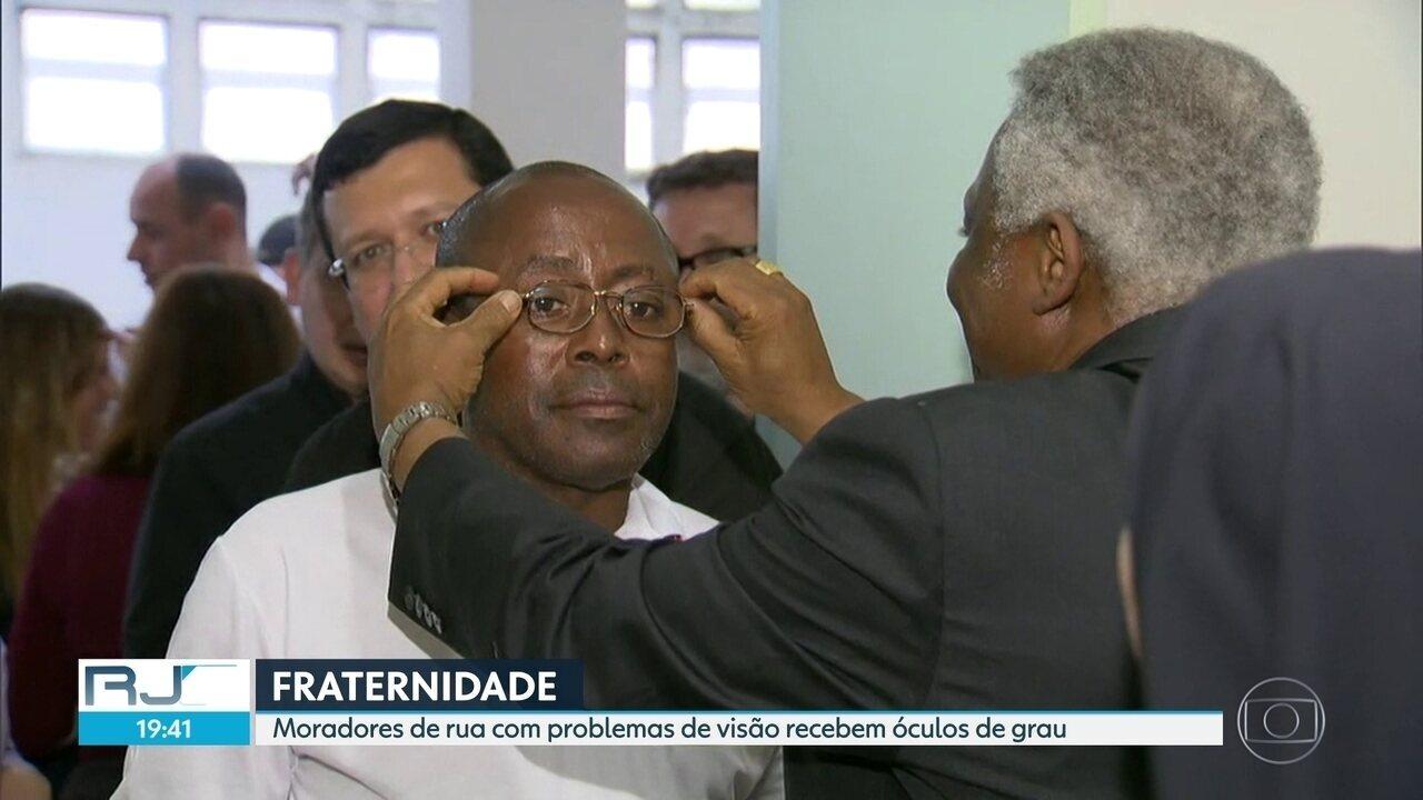 Moradores de rua com problemas de visão recebem óculos de grau