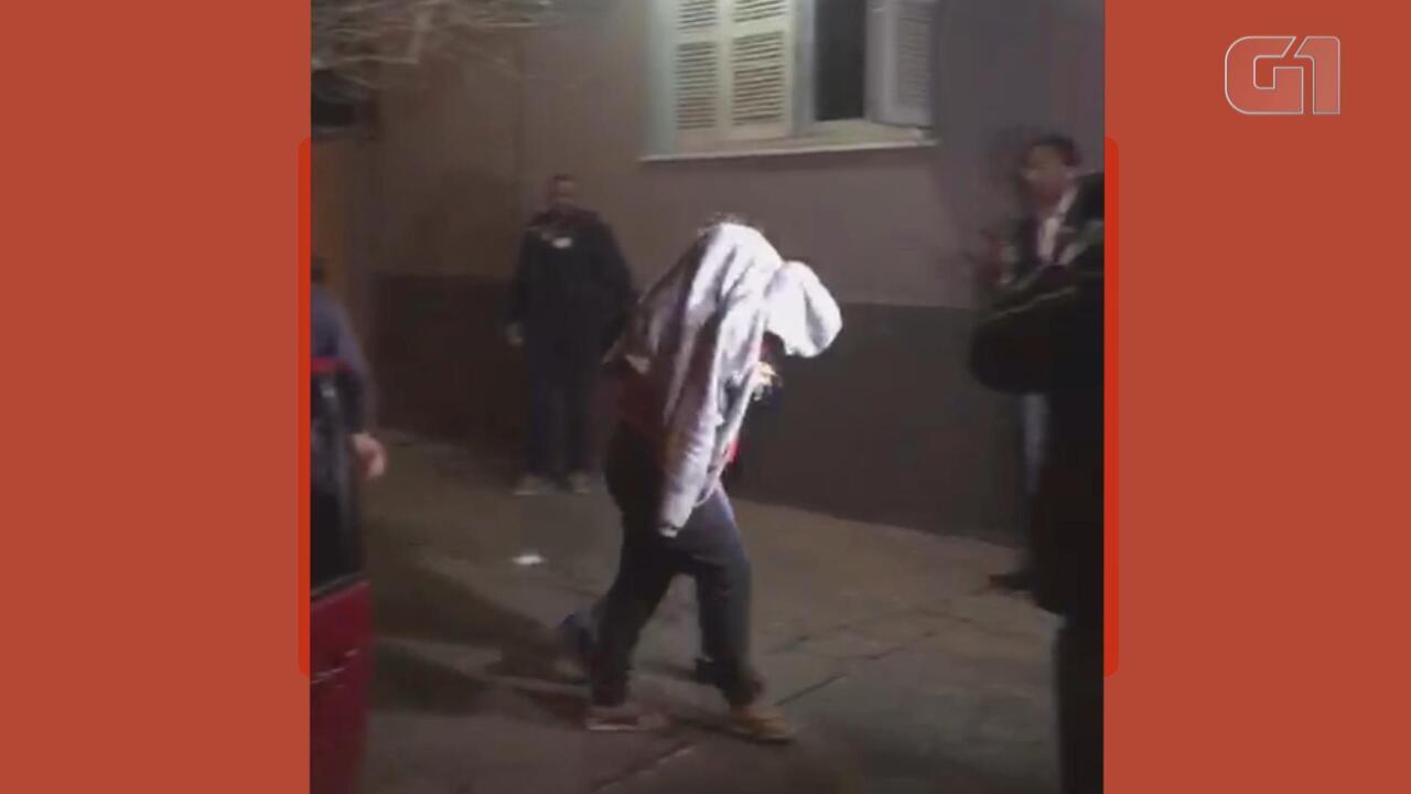 Após tentativa de sequestro frustrada, mãe do atacante Taison chega a delegacia no RS