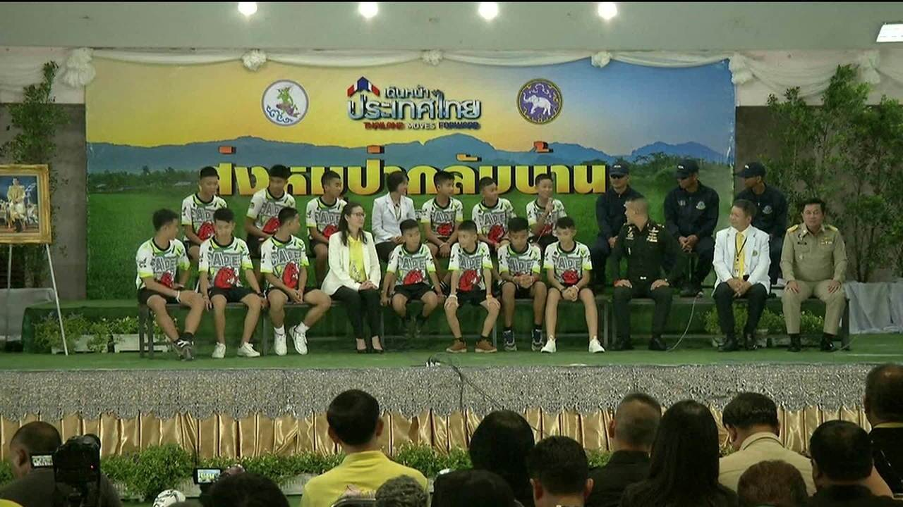Time de futebol resgatado de caverna na Tailândia recebe alta e concede 1ª entrevista