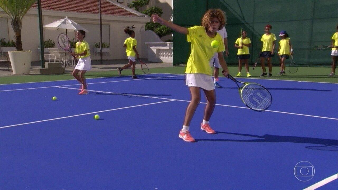 Tenistas iniciantes da comunidade Pavão-Pavãozinho treinam no Copacabana Palace
