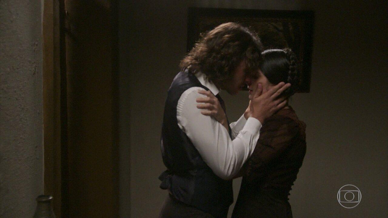 Fani e Edmundo se beijam emocionados