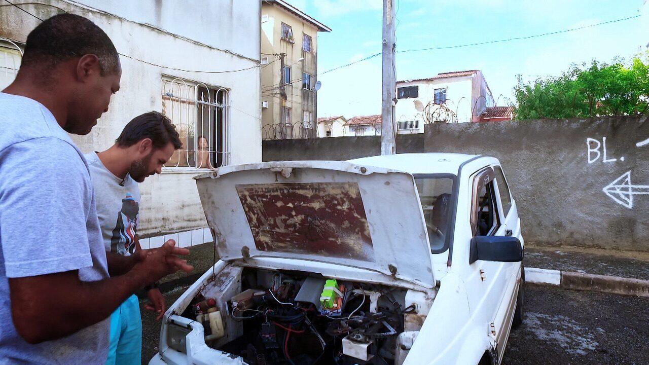 Inventor autodidata transforma um carro abastecido à gasolina em elétrico