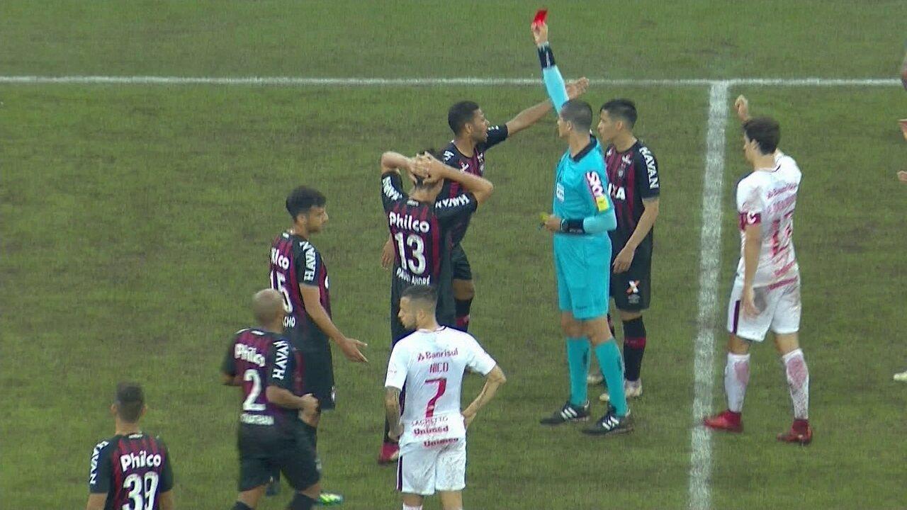 Renan Lodi pega a bola da mão do árbitro dd83d2f19f0a5
