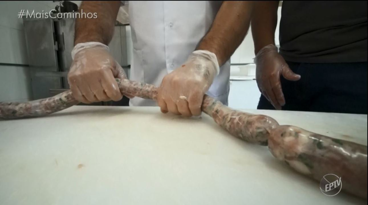 Pedro Leonardo aprende de perto a produção de linguiça