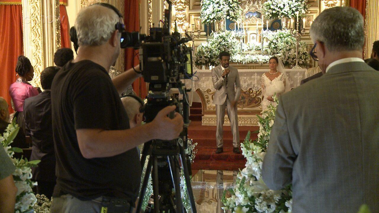 Confira os bastidores da cena do casamento de Cacau e Roberval