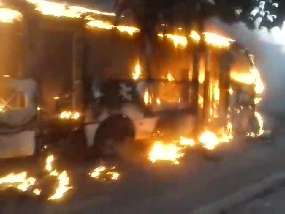 Veículo é destruído em ataque incendiário em Fortaleza