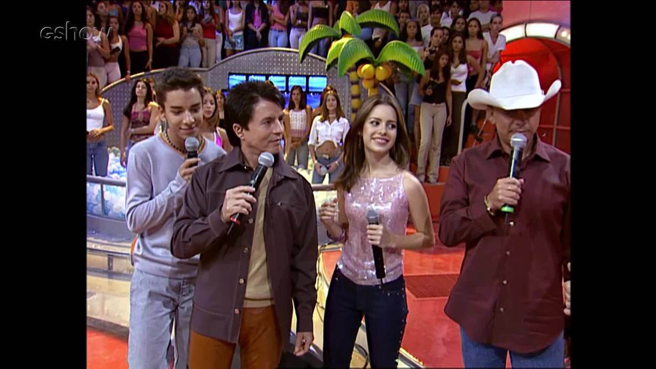 TBT: Sandy e Junior cantam com Chitãozinho e Xororó no palco do 'Caldeirão'