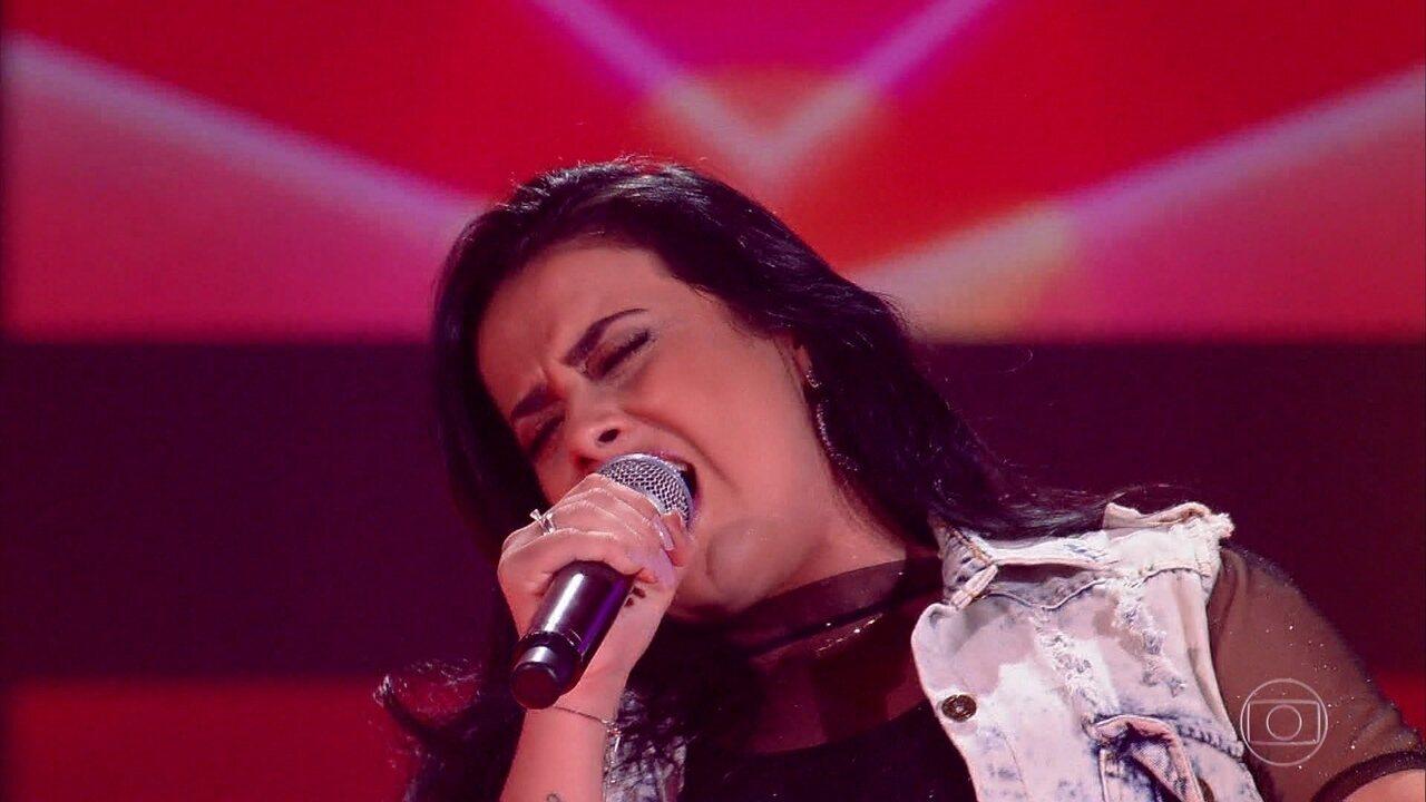 Flávia Souza canta