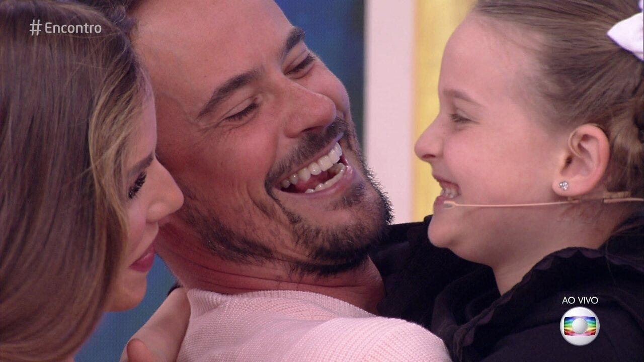 Paulo Vilhena recebe a visita da afilhada Luisa