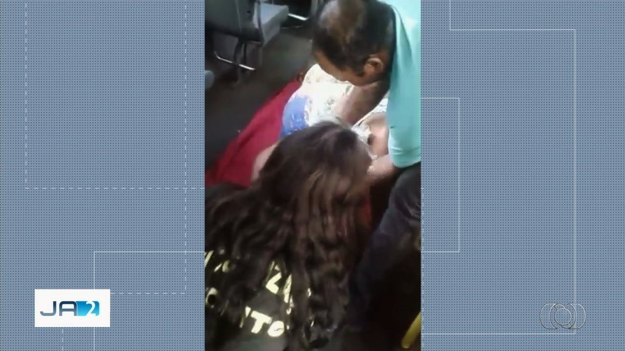 e7f90f36e8 Mãe dá à luz um dos filhos gêmeos dentro de ônibus em terminal de ...