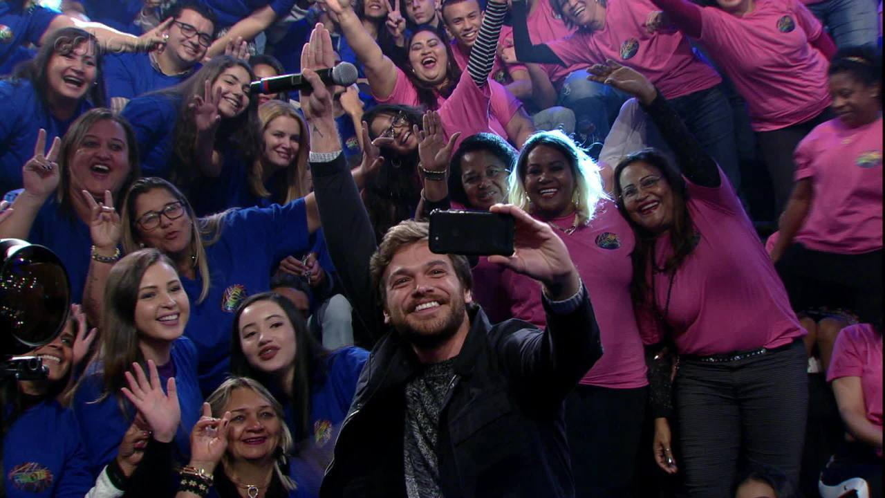 Emílio Dantas tira fotos com a plateia do 'Domingão'