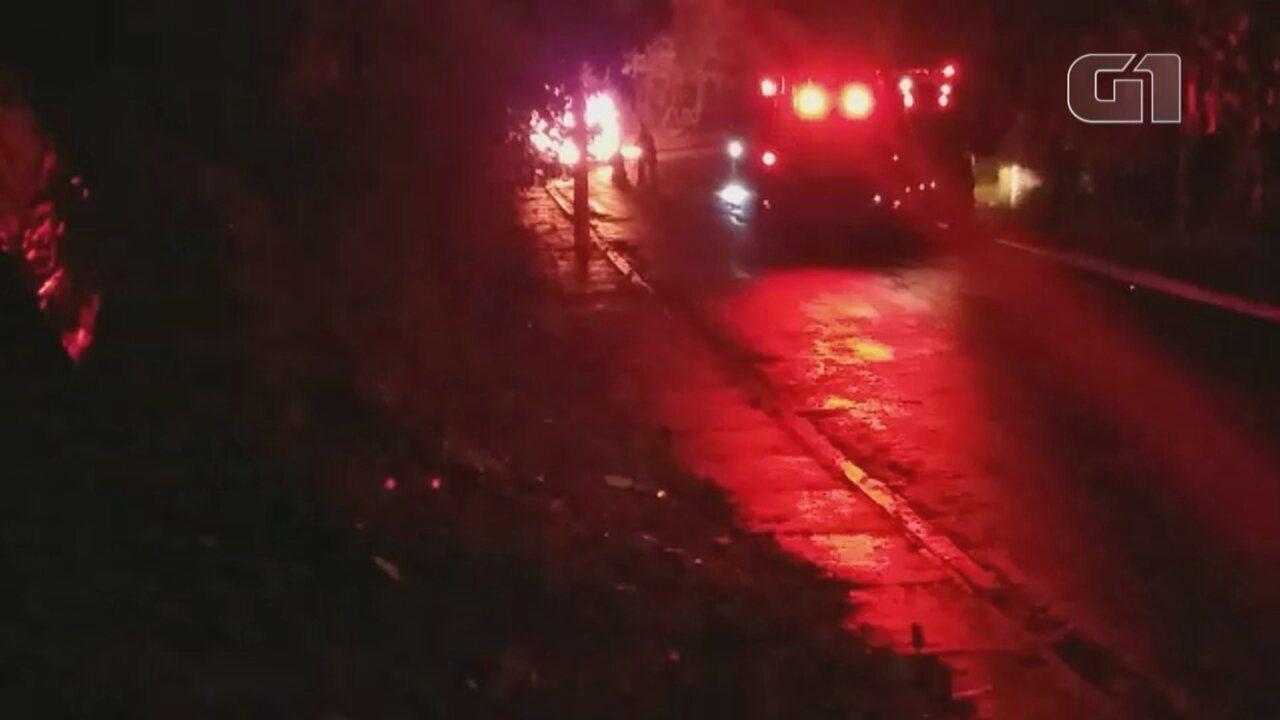 Carro furtado pega fogo em bairro de Itapetininga