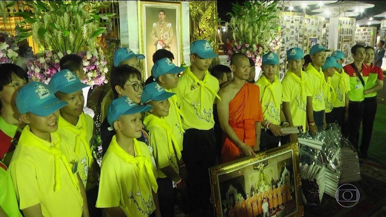 Meninos e técnico que ficaram presos em caverna receberam cidadania tailandesa