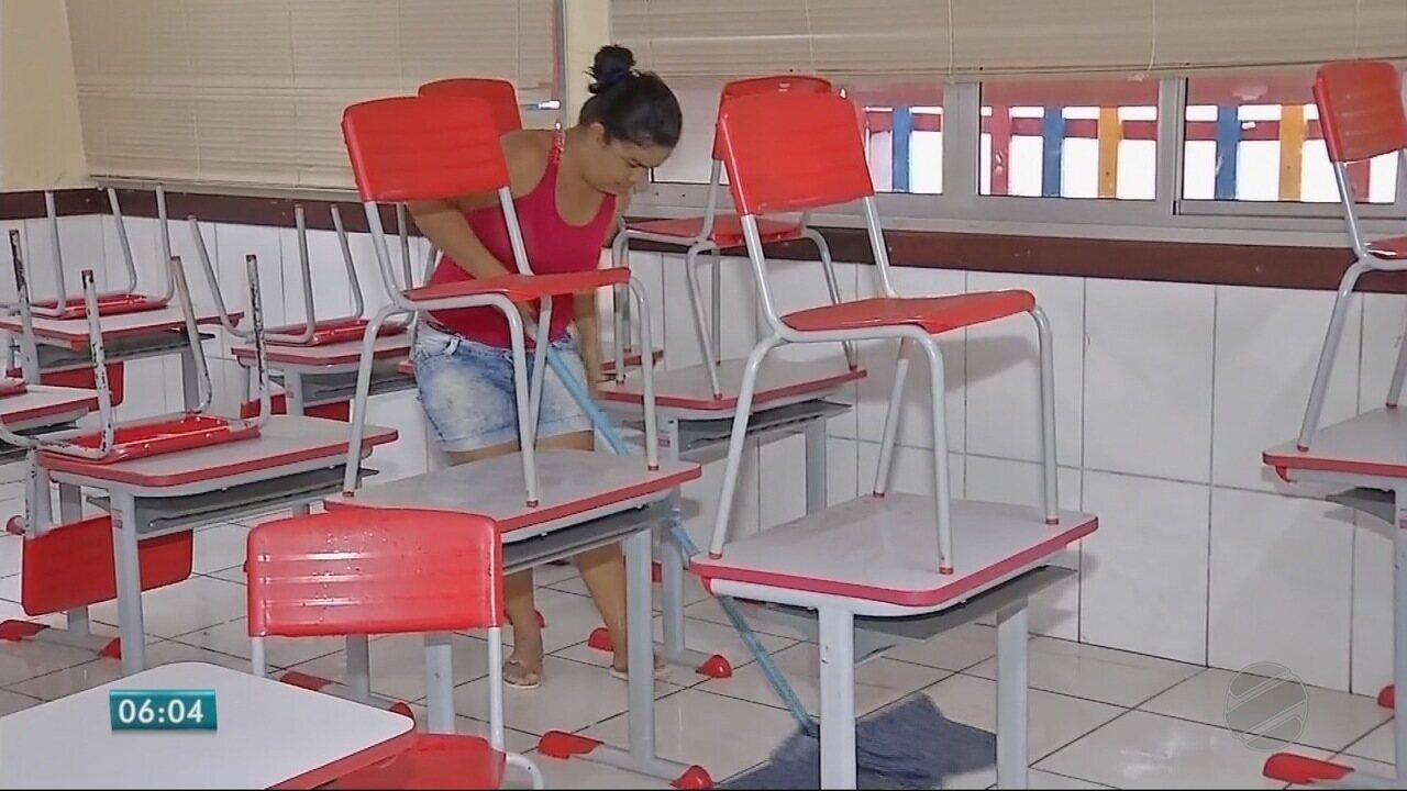 Pais fazem faxina em escola pública