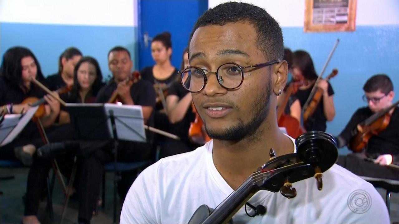 Mesmo sem um dos dedos, jovem de Duartina aprende a tocar viola de arco e ganha destaque
