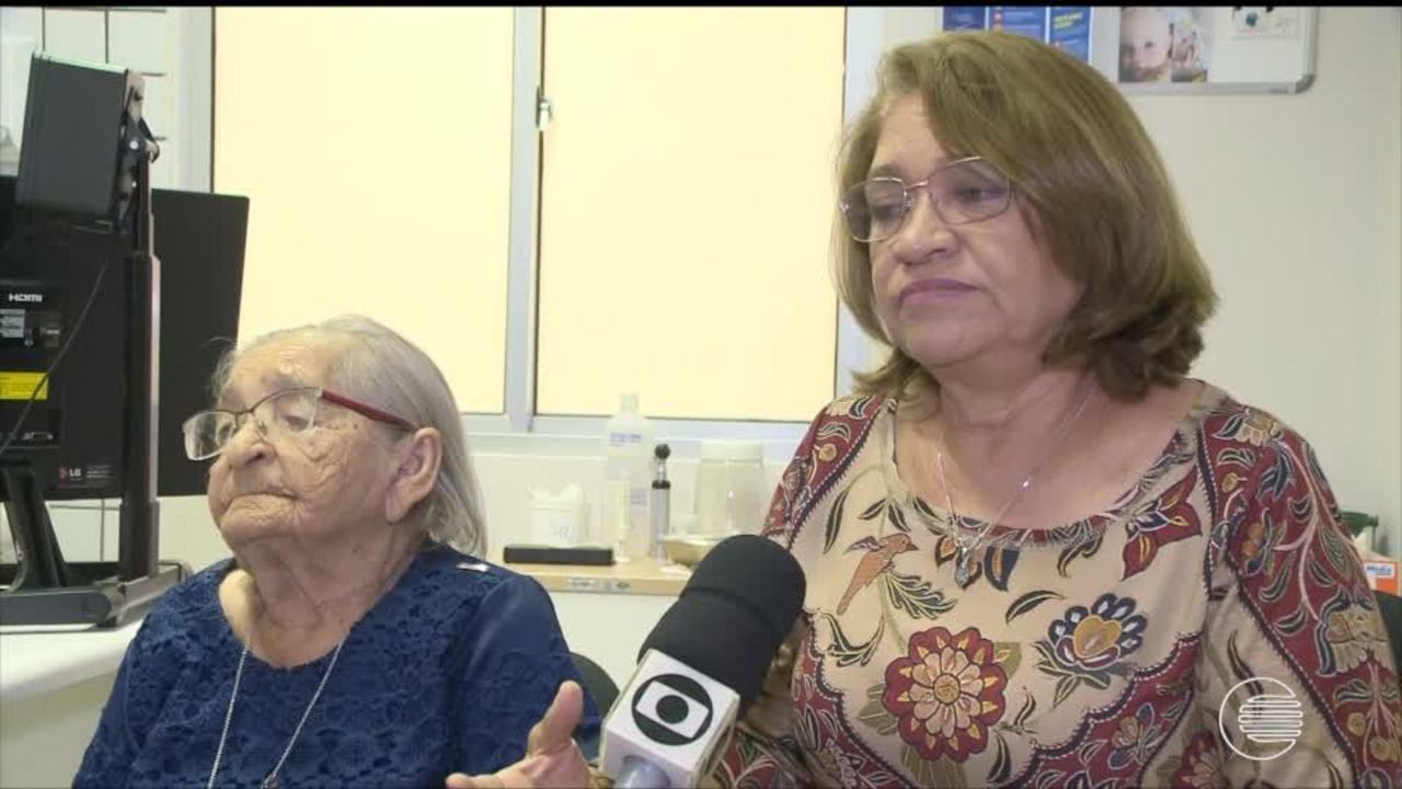 Conheça a história de Dona Isaura que com 100 anos volta a escutar