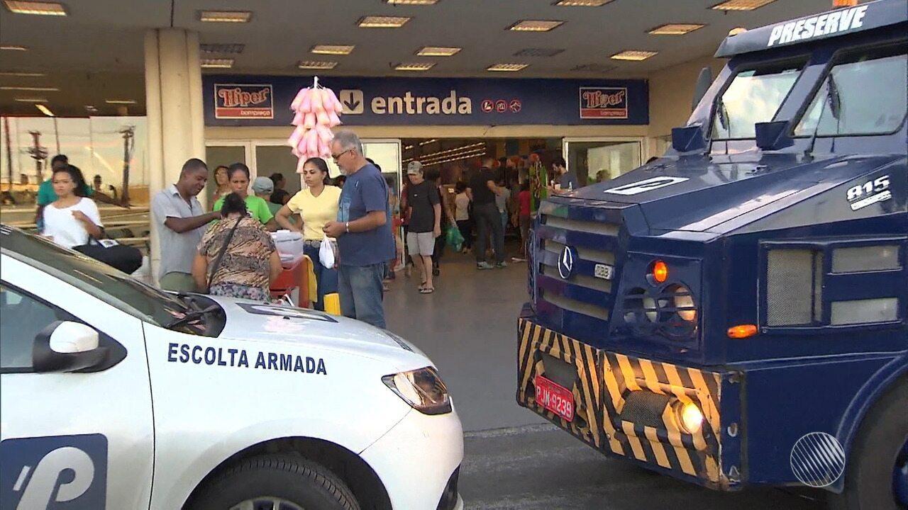 Bandidos assaltam lotérica que fica dentro de supermercado no bairro de São Cristóvão