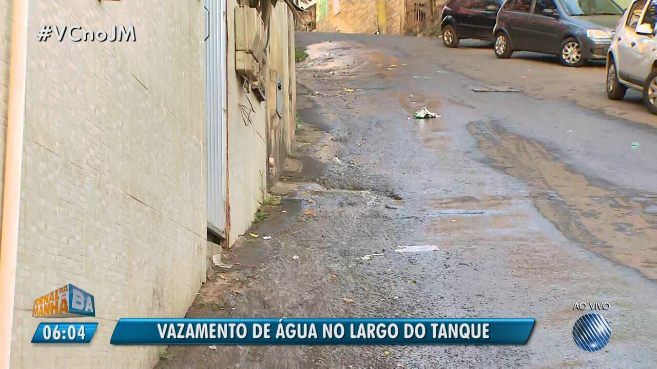 Desperdício: moradores reclamam de vazamento de água em rua no Largo do Tanque