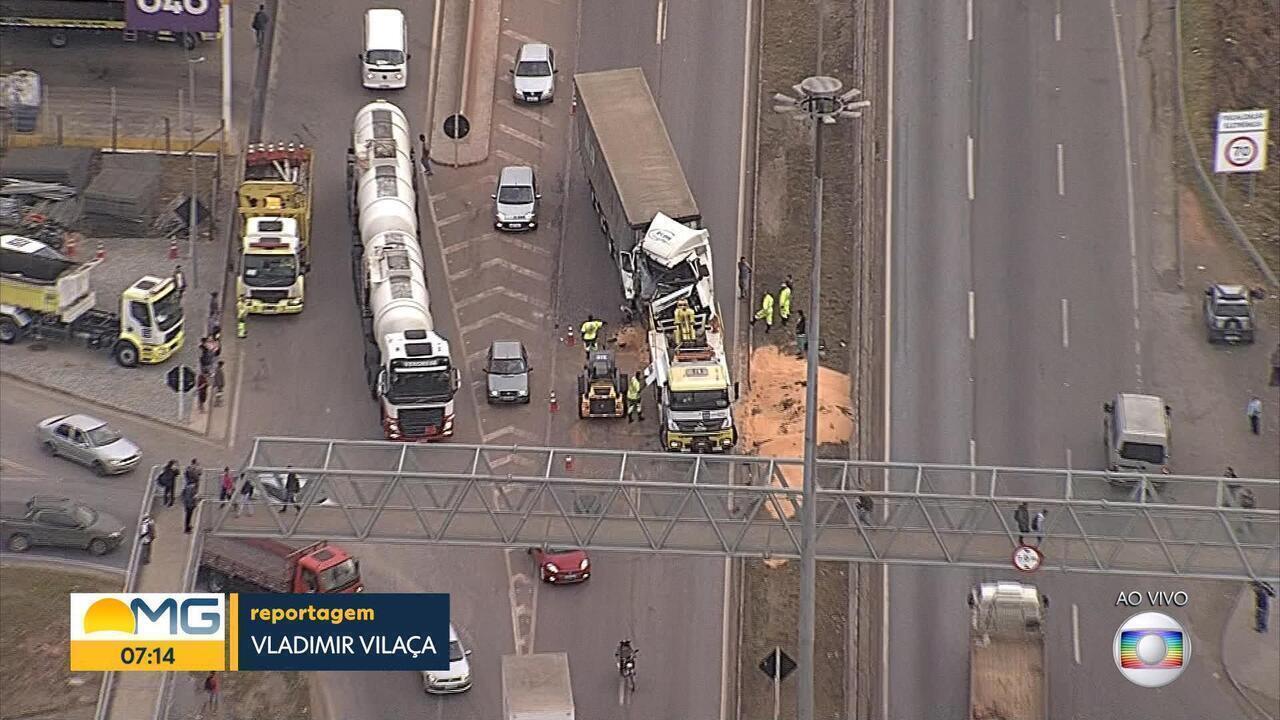 Acidente complica o trânsito na BR-040, em Contagem