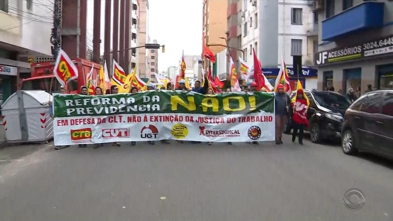 Manifestação percorre ruas e avenidas da região central de Porto Alegre
