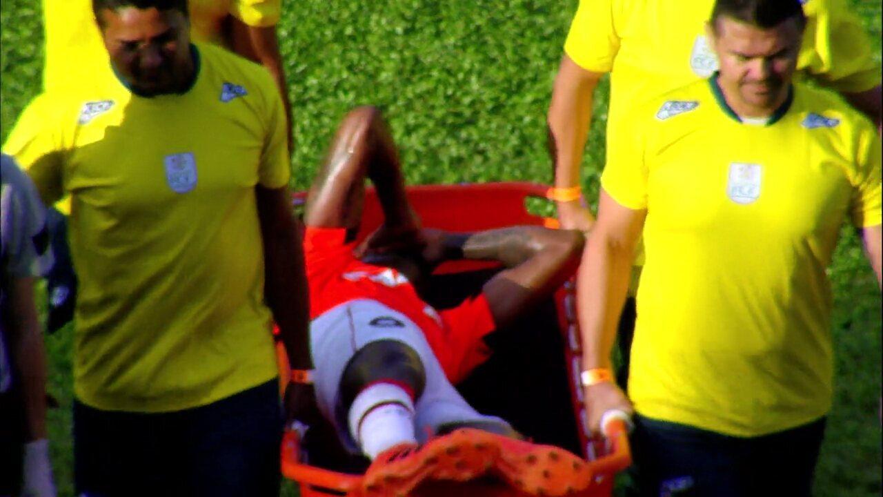 Marcelo Cirino machuca a coxa e sai chorando de campo contra o Ceará