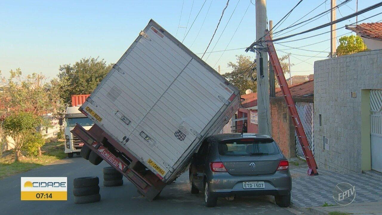 Caminhão tomba em cima de carro após enroscar em fios de telefonia, em Hortolândia