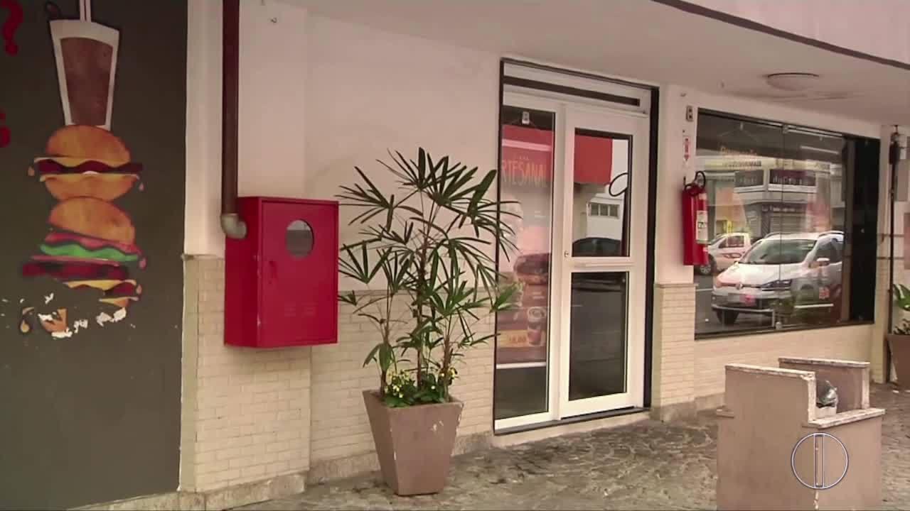Homens armados rendem clientes e funcionários durante assalto