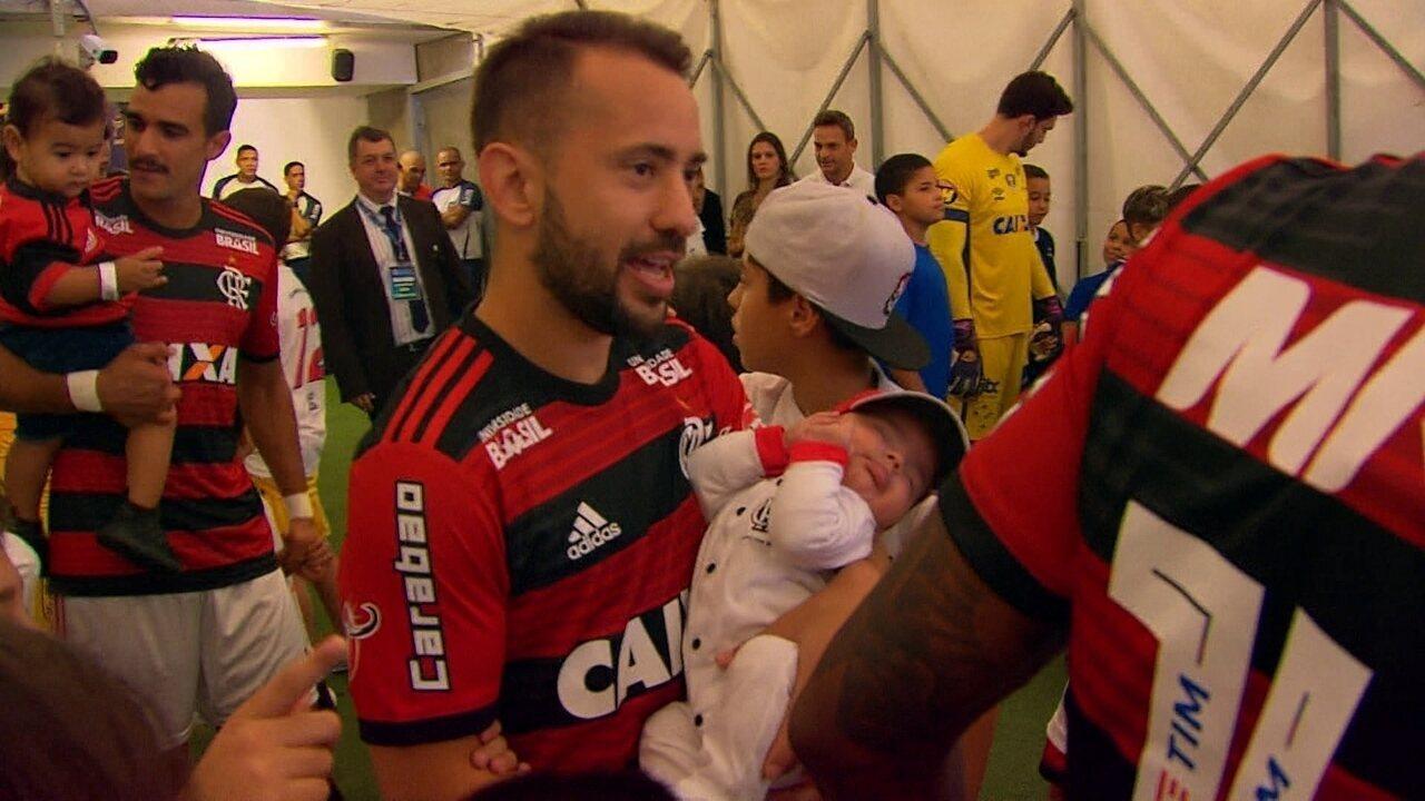 Éverton Ribeiro entra em campo com o filho no colo antes do jogo contra o Cruzeiro