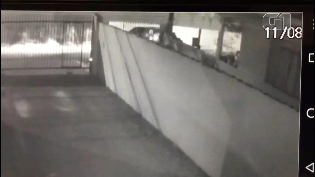 Investigadora atira contra suspeitos em tentativa de assalto em Curitiba; assista ao vídeo