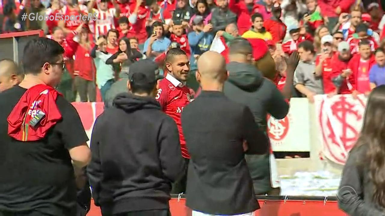 Paolo Guerrero pisa pela primeira vez no gramado do Beira-Rio